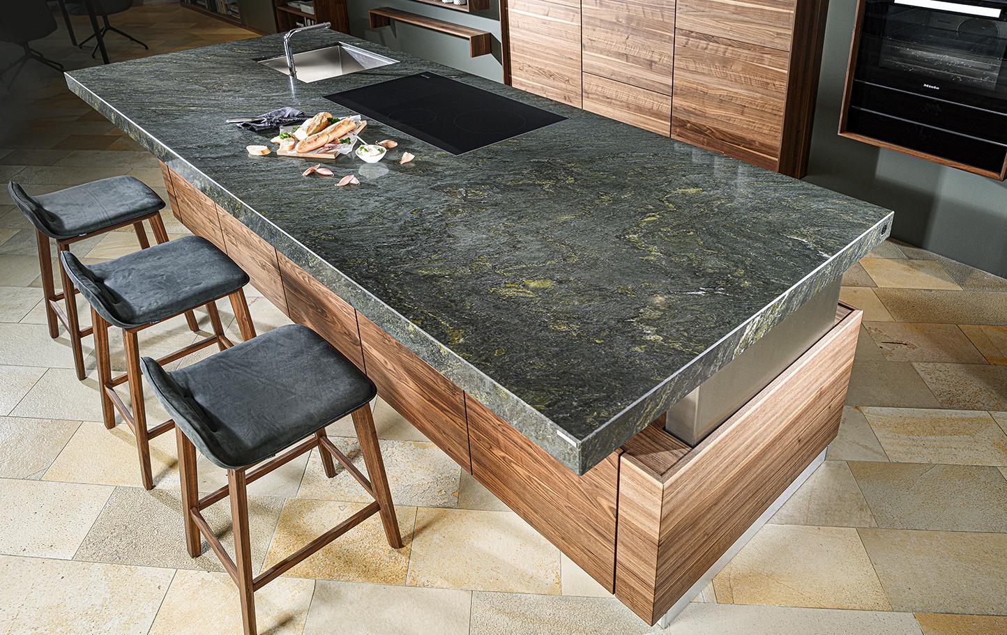 Bei der Küchenplanung einer großen Küche, ist eine Kücheninsel eine sinnvolle Idee.
