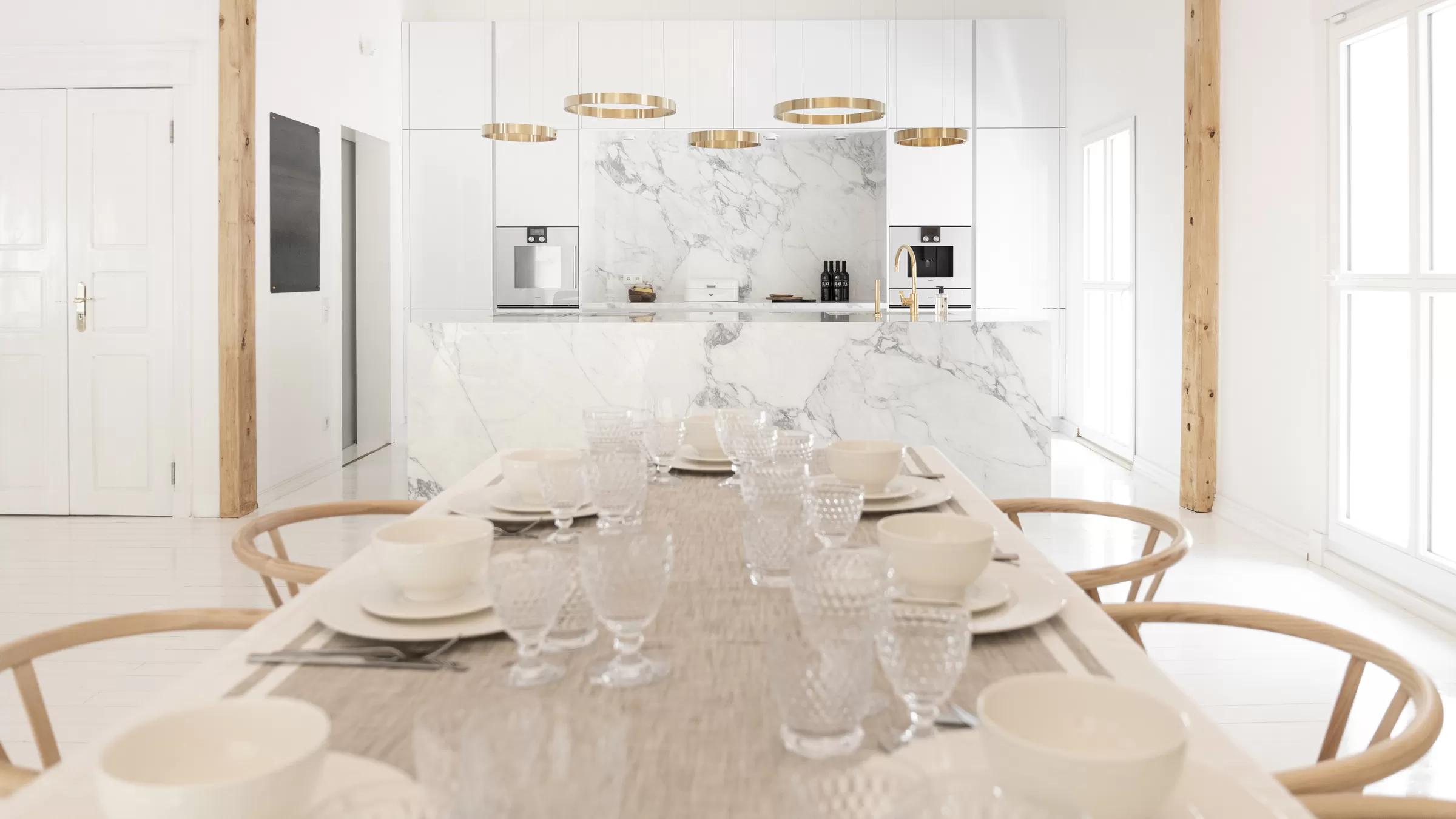 Hohe Küchen bieten zusätzlichen Stauraum.