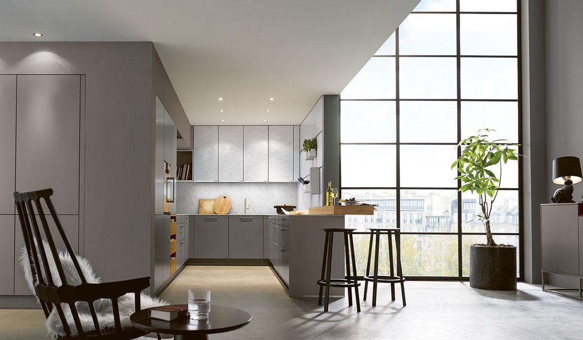 Deckenleuchten geben der Küche eine angenehme Grundbeleuchtung.