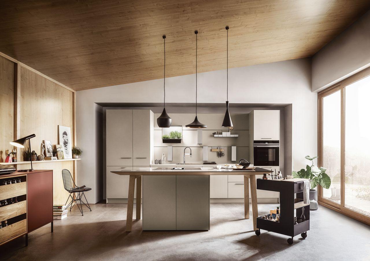 Zur Küchenbeleuchtung gehört auch ein heller Esstisch.
